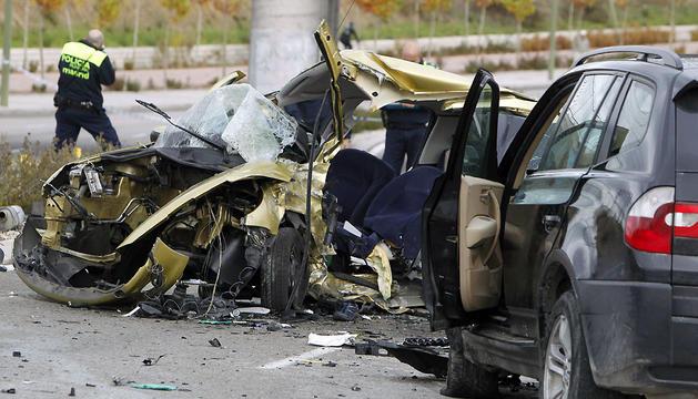 Un policía municipal hace fotografías junto a unos vehículos accidentados en Madrid