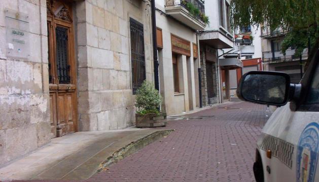 Acceso al Ayuntamiento, donde se han formulado las quejas vecinales por los 'piperos'