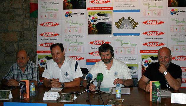 Miembros de la peña La Jarana anuncian el galardón