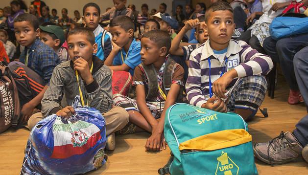 El centenar de niños fueron recibidos en el Ayuntamiento de Berriozar y de allí, cada uno se marchó con su familia