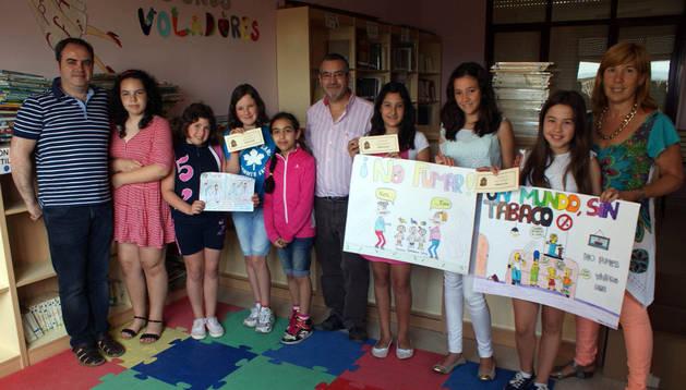 Las alumnas ganadoras del concurso de dibujos muestran sus trabajos premiados