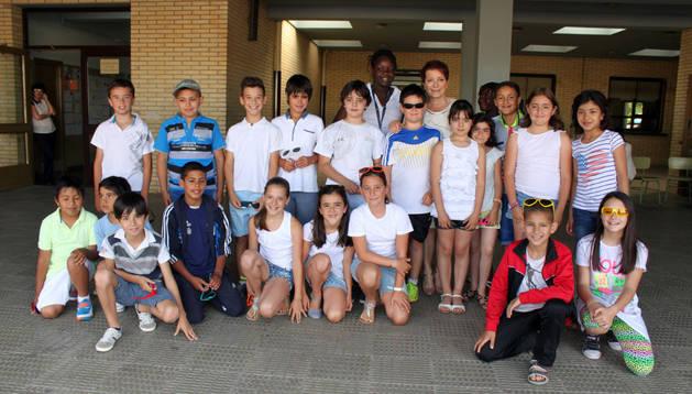 Ana María Gómez, en el centro, junto a sus alumnos del colegio de Primaria de Cintruénigo