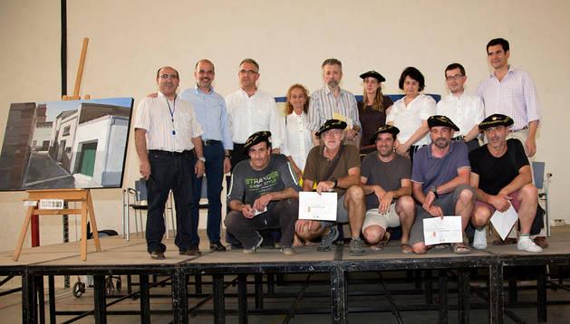 CORELLA De izda. a dcha., Ricardo Azcargorta (tercer clasificado); Alfonso González Arauzo (ganador); y Josep Millás Chía (segundo), junto a los cuadros con los que participaron en el concurso.