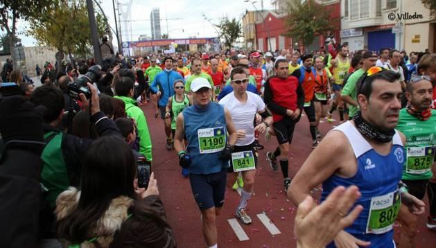 Los corredores de la maratón de Castellón, apoyados por el público en una de las pruebas de mayor prestigio en España
