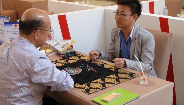 Tarot, cartas gitanas, firmas, astrología y runas son otros de los objetos que ayudan a los clarividentes.