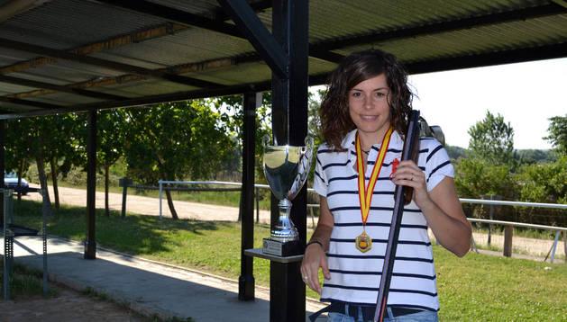 Patricia Mazo muestra la medalla y el trofeo de campeona de España en el campo de tiro de San Adrián