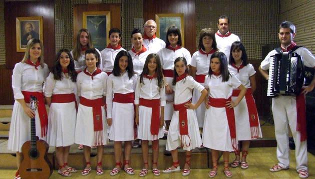 Los alumnos que forman la Escuela de Jotas de Villafranca con su la directora Sandra González, a la izda
