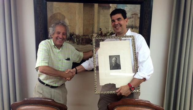 José Manuel Escombrillas dona el grabado al alcalde, Luis Casado.