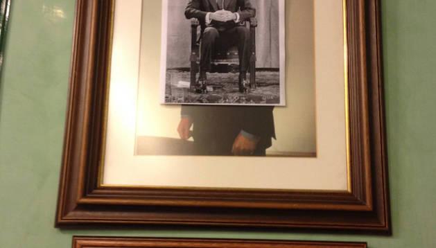 Fotocopia con la imagen dei Rey pegada en el cuadro de Juan Caros I.