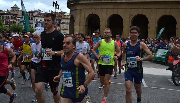 Varios atletas toman la salida de la prueba de 21 kilómetros