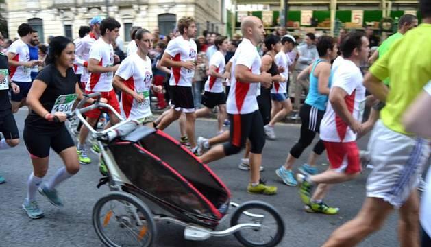 Los atletas participantes en la prueba de 42 kilómetros de la San Fermín Marathon tomaron la salida en la Plaza del Castillo.