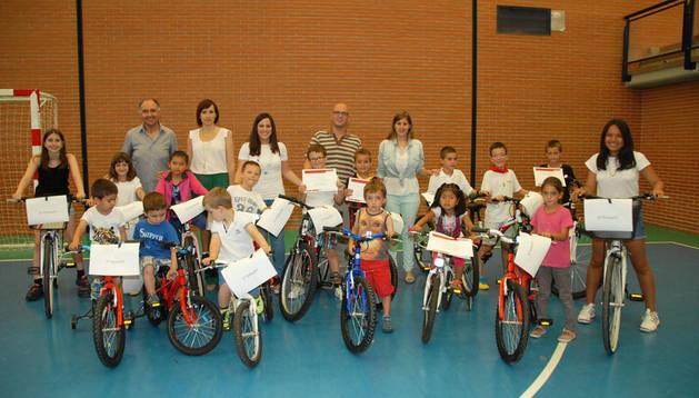 Los ganadores del concurso con sus bicicletas tras la entrega de premios