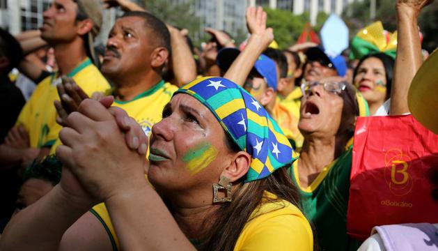 Aficionados brasileños rezan durante la tanda de penaltis