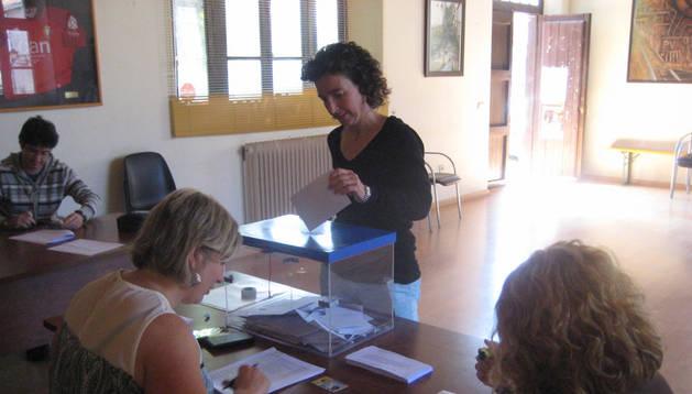 Una mujer se acerca a ejercer su derecho a voto en la consulta llevada a cabo ayer en Lekunberri