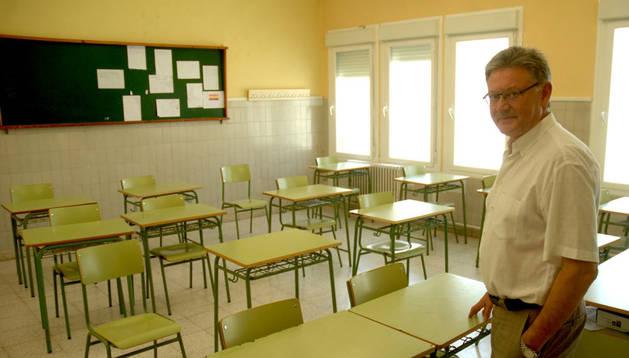 El director Luís Carlos Díaz Barcos, en un aula ya vacía del IES Marqués de Villena de Marcilla