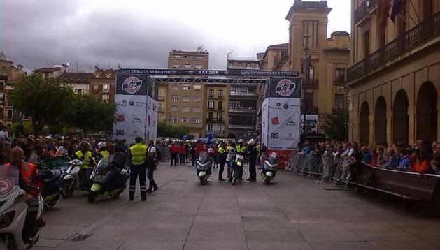 La salida, en la Plaza del Castillo, con numeroso público