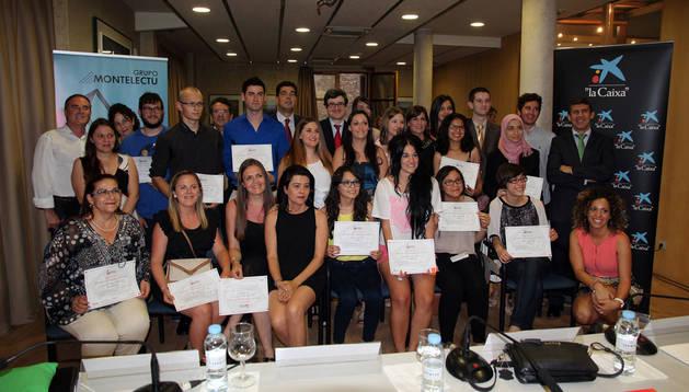 Los alumnos de FP de la Ribera premiados en esta edición con las autoridades asistentes a la entrega de los galardones