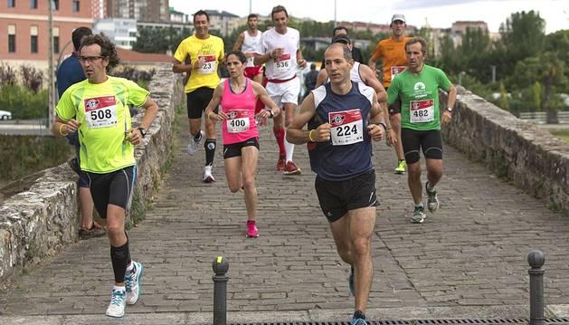 Más de 3.000 corredores participaron este sábado en la primera edición de la San Fermín Marathon, una prueba que recorrió Pamplona de punta a punta.