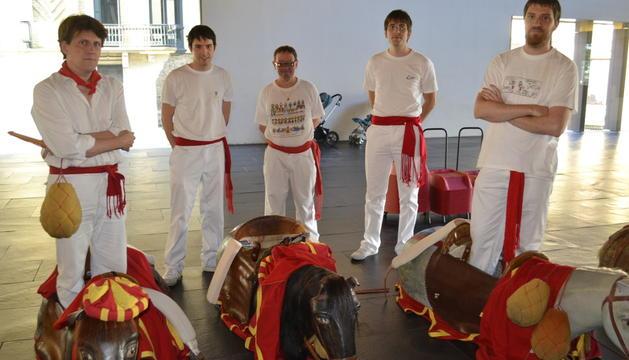 Los zaldikos se preparan para entrar al concierto de La Pamplonesa en Baluarte