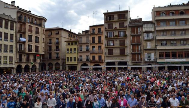 Este aspecto mostraba la plaza de los Fueros para el sorteo del coche, abarrotada de público.