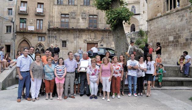 Marisol Andrés y Javier Ongay (en el centro con pañuelo) junto a familiares y vecinos de San Pedro.