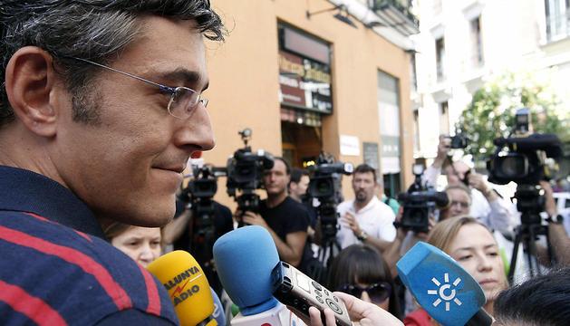 El candidato a la Secretaría General del PSOE Eduardo Madina, fotografiado en una calle de Madrid este domingo