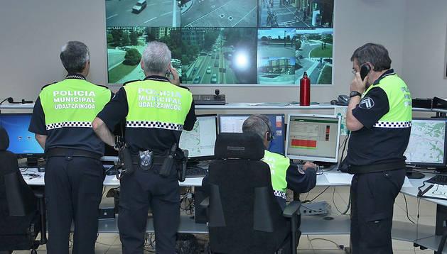 Varios agentes en el centro de coordinación, al que llegan todas las incidencias de Pamplona