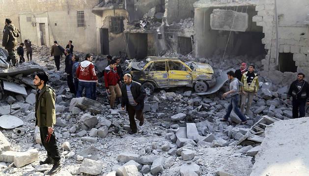 Supervivientes entre los restos de aun ataque aéreo en Alepo