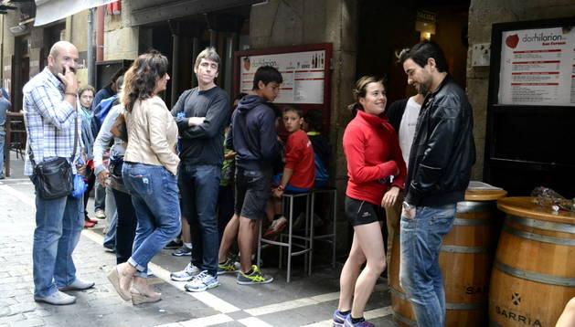 La calle Estafeta se cambió de usuarios por un día y los 'runners' llenaron los bares.