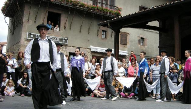 Tomás Ostolaza abrió el Trapatan, baile típico de Santesteban.