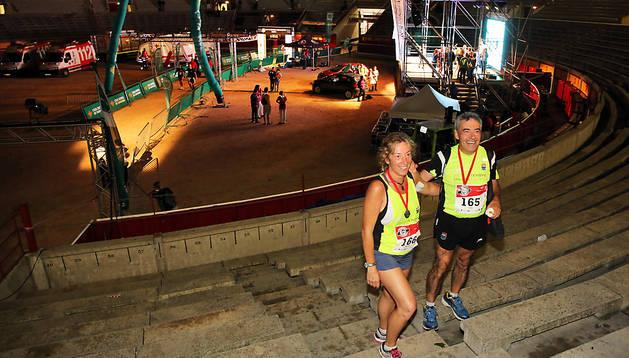 Dos de los maratonianos que finalizaron ayer la carrera, posando en la plaza poco antes del cierre.