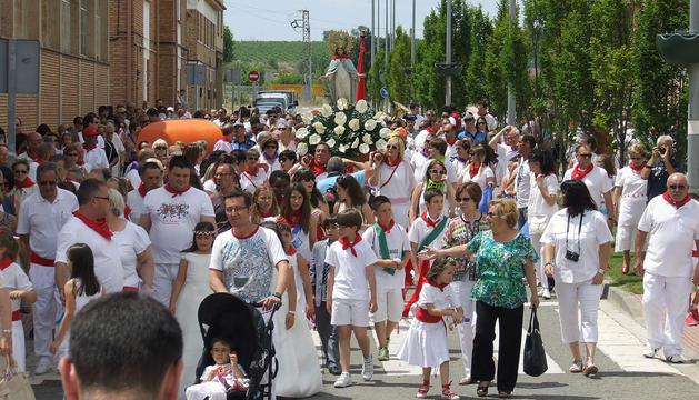 Vecinos y visitantes escoltaron a la imagen de la Virgen del Amparo durante la procesión del día grande de las fiestas de Castejón.