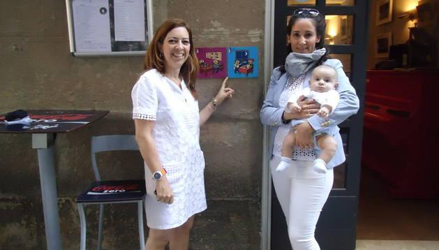 Conce de los Reyes (del bar Catachú) con su bebé y Amaya Ariz (presidenta de ANA)