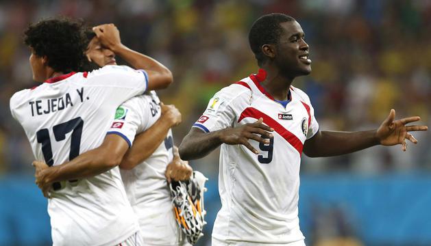 Los jugadores de la selección costarricense Joel Campbell (d) y Yeltsin Tejada celebran la victoria ante Grecia.