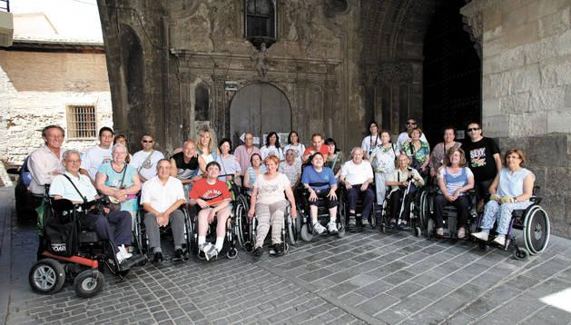 Visitantes, guías turísticos y responsables de Amimet posaron juntos durante la visita que se llevó a cabo por los principales monumentos del Casco Antiguo de Tudela.