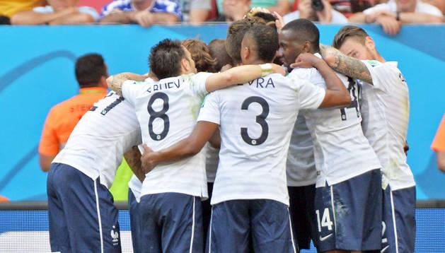 Francia celebra el primer gol contra Nigeria