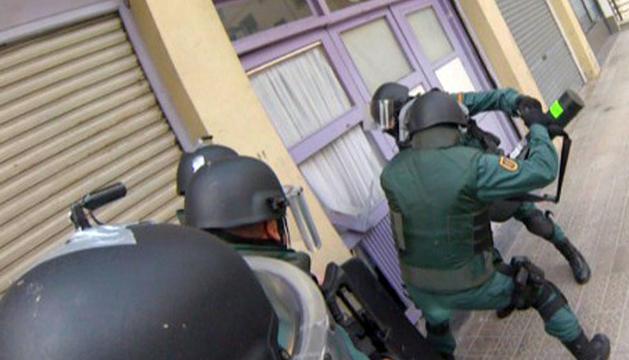 Momento de uno de los registros llevados a cabo por la Guardia Civil.