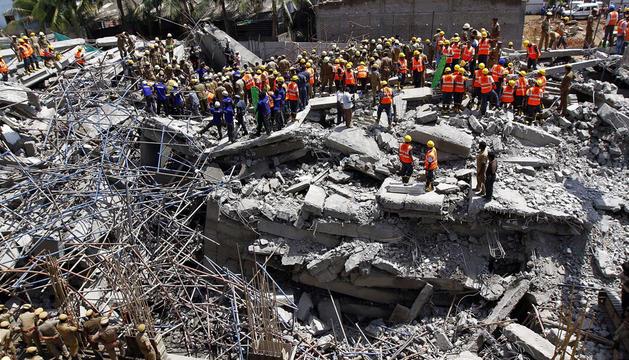Labores de rescate tras el derrumbe de un edificio en Chennai.
