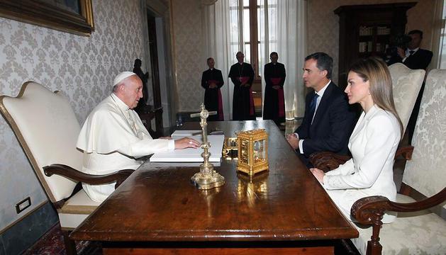 Los Reyes Felipe y Letizia, durante su audiencia con el Papa