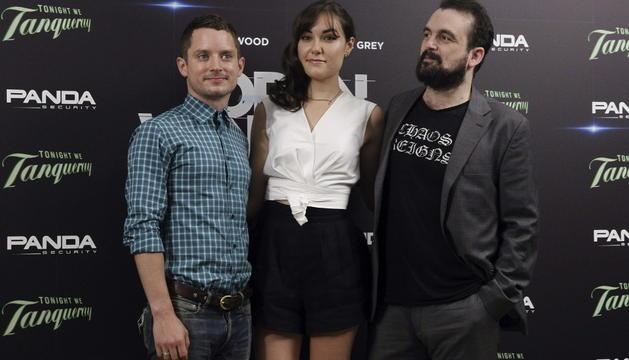 Los actores Elijah Wood (i) y Sasha Grey (c) posan junto al director de cine, Nacho Vigalondo (d), durante la presentación de la película 'Open Windows'