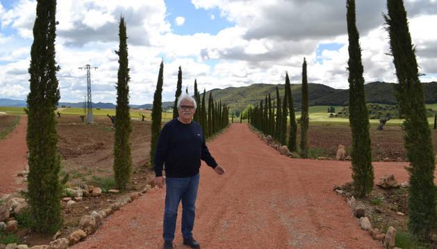 Fernando Espadas posa en la entrada principal del parque que estará terminado en el mes de octubre.