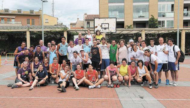 Los equipos participantes junto a miembros de la peña Andatu, en una de las pistas instalada en el Paseo del Queiles.