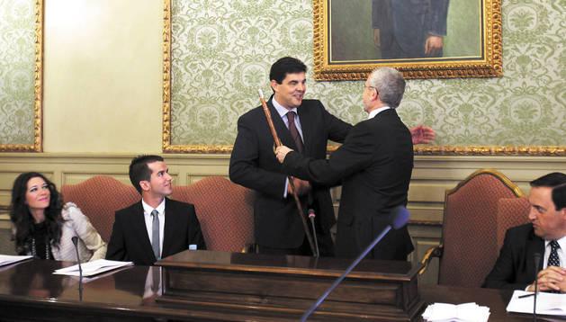 Luis Casado recibe el bastón de alcalde de manos de Manuel Campillo (PSN) al inicio de legislatura.