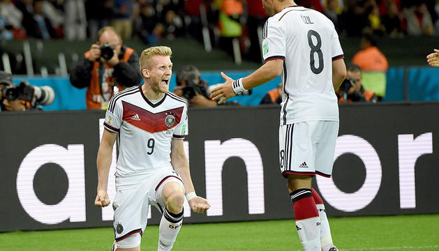 Schuerrle y Özil celebran el tanto del primero.