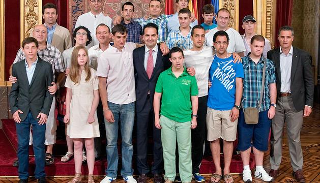 Alli, en el centro, junto a los deportistas homenajeados
