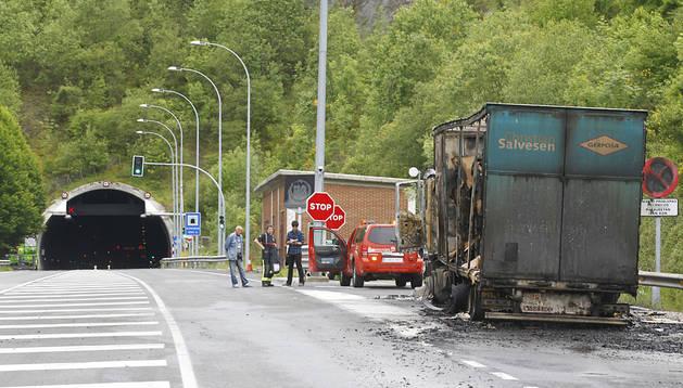 Incendio de un camión a pocos metros del túnel de Almandoz en mayo
