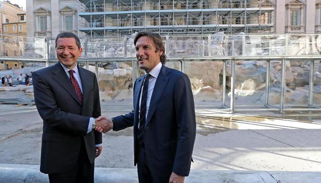El alcalde de Roma, Ignazio Marino (i), estrecha la mano del presidente de la firma de moda italiana Fendi, Pietro Beccari (d), durante la inauguración de los trabajos de restauración de la Fontana de Trevi