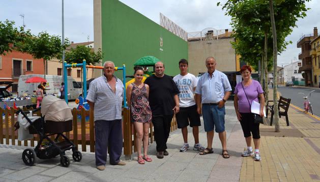 Varios colaboradores en la visita de la Ruta BBVA ( antigua Qetzal) delante del frontón de Sartaguda.