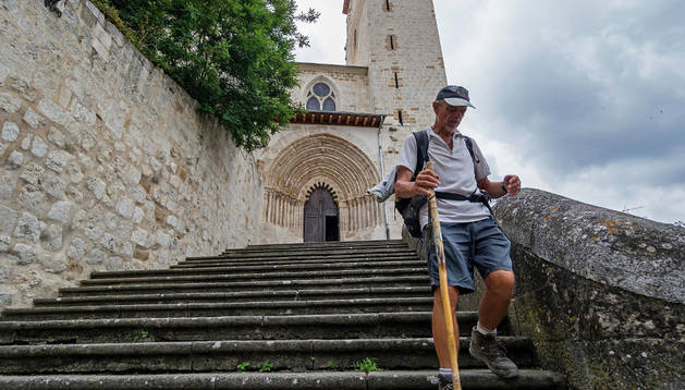 Peregrinos ayer salen de San Pedro de la Rúa, tras visitar la iglesia que preside el barrio monumental.