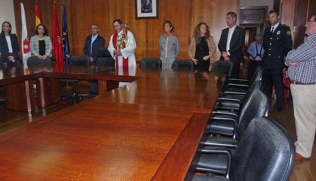 El Ángel de Aralar, portado por Mikel Garciandía, en el salón de plenos del consistorio estellés.